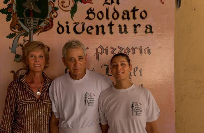 """Marinella Argentieri con Claudio Bertolino e la figlia Claudia del Ristorante """"Al Soldato di Ventura"""" di Gradara"""