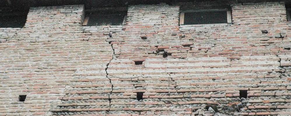La Rocca di Romano cade a pezzi - foto  Parte la campagna: adotta un mattone