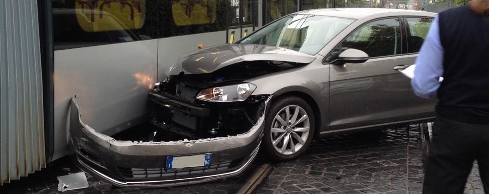 Redona, auto contro il tram È il 37° incidente dal 2009