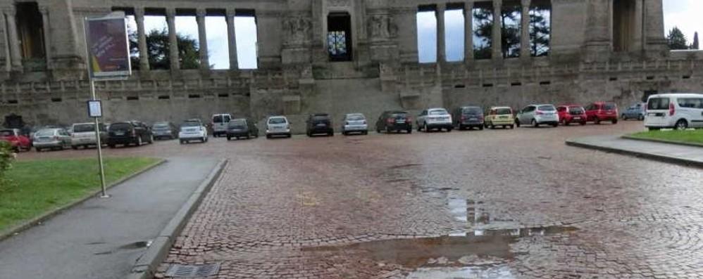 Sosta selvaggia sul piazzale del Cimitero Dolci: «C'è un problema da risolvere»