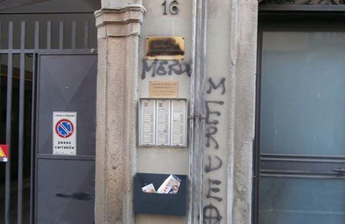 Le scritte all'ingresso della sede