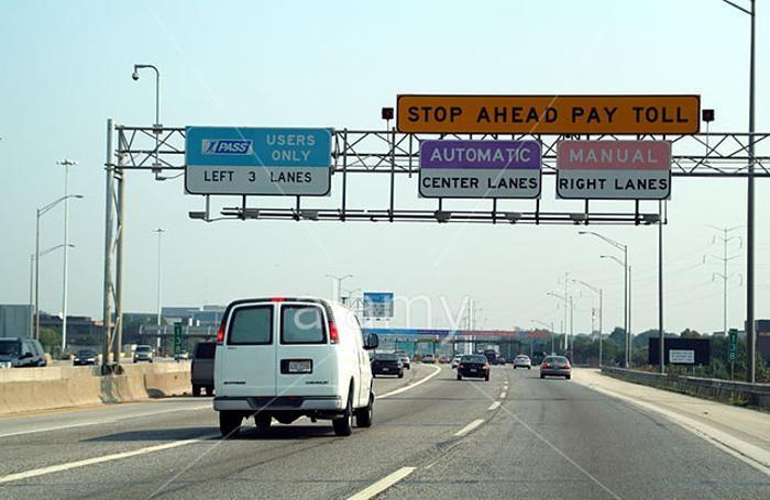 n'autostrada negli Usa: a sinistra le tre corsie dedicate al Free Flow, ma si può comunque pagare in contanti....
