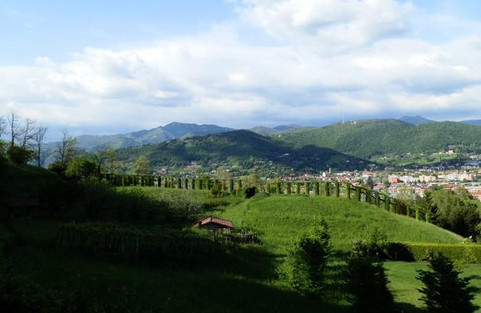 Una panoramica del giardino di Palazzo Moroni con lo sfondo della Maresana