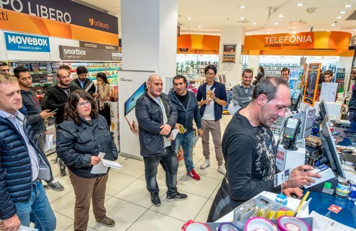 La vendita del primo iPhone 6s all'Unieuro di via XX Settembre a Bergamo