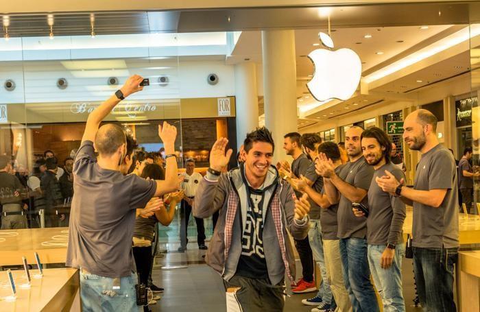 L'applauso per il primo all'Apple store di Oriocenter