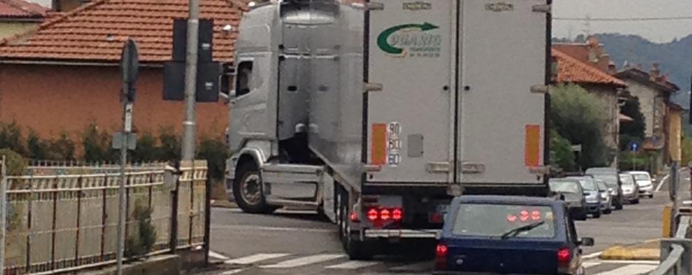 «Invasi dai camion giorno e notte» Paladina, protesta in via Nullo
