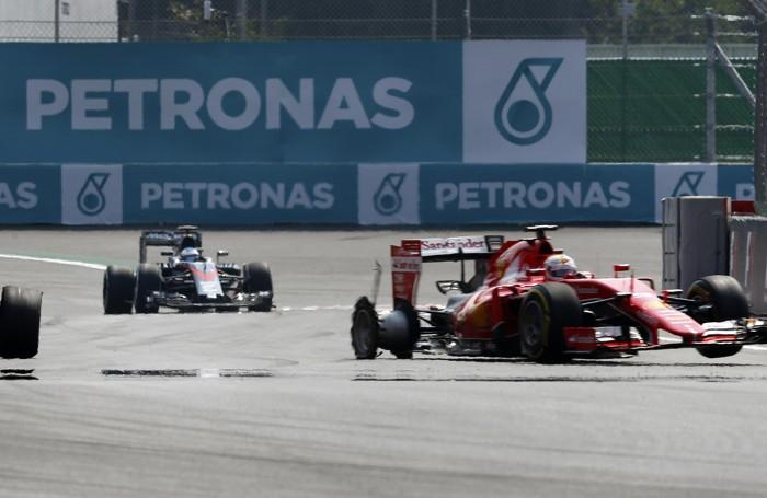 La Ferrari di  Vettel  ha perso una ruota sbattendo contro le barriere al 52° giro