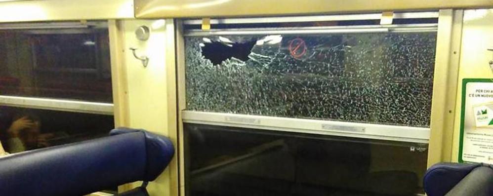 Sassi contro il treno dei pendolari Vandali sulla Carnate-Bergamo