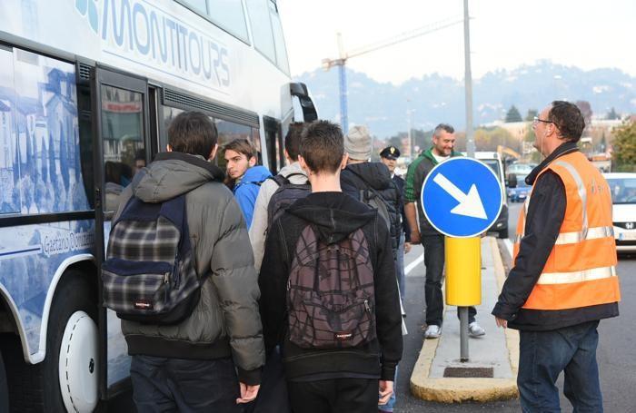 I passeggeri del treno bloccato sono stati trasferiti in stazione con un pullman