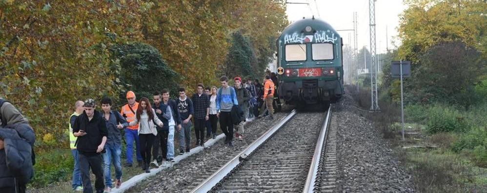 Donna investita e uccisa dal treno Curno, linea bloccata fino alle 17