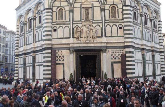 Il convegno ecclesiale a Firenze: i partecipanti al Battistero