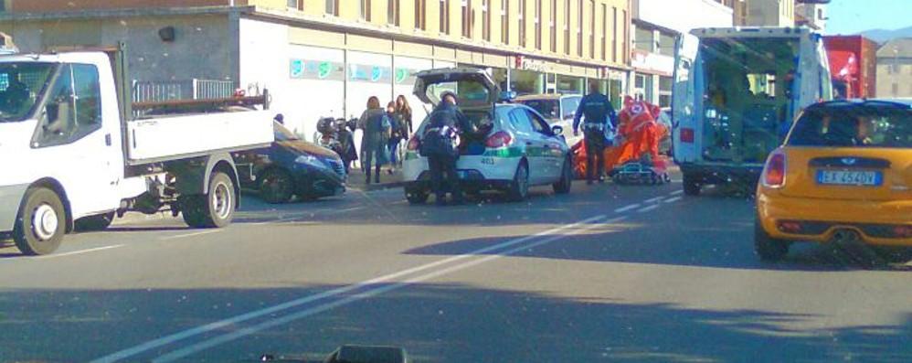 Bergamo, schianto in via San Giorgio Motociclista ferito, il traffico va in tilt
