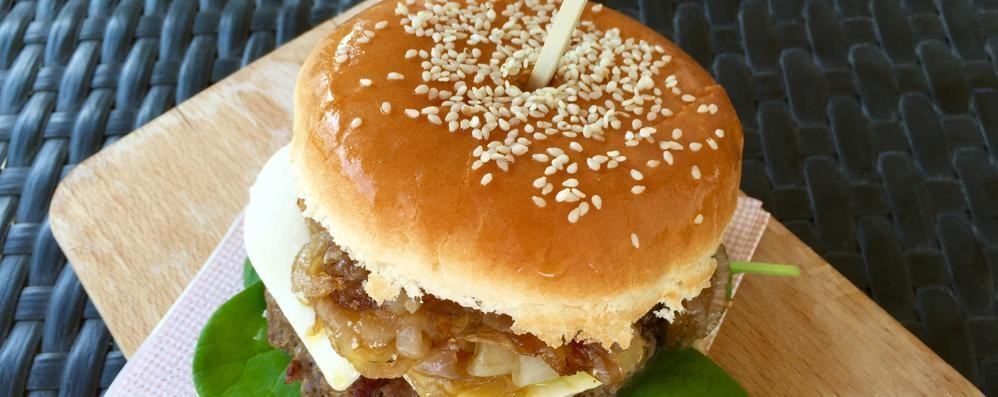 Hamburger made in Italy con fiordilatte e cipolla doc