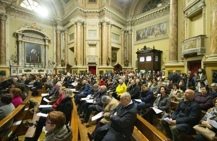 Chiesa gremita per pregare per Parigi