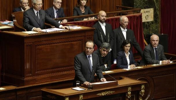 Isis: Hollande, cambiare Costituzione
