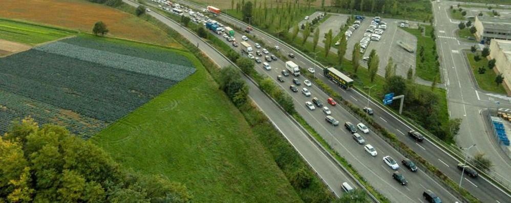 Sempre più imbottigliati nel traffico: 46 minuti per 19 km su ss 42 e asse