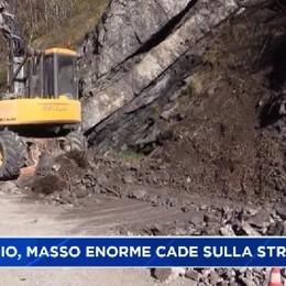 Val Taleggio. Masso di 10 tonnellate sulla strada