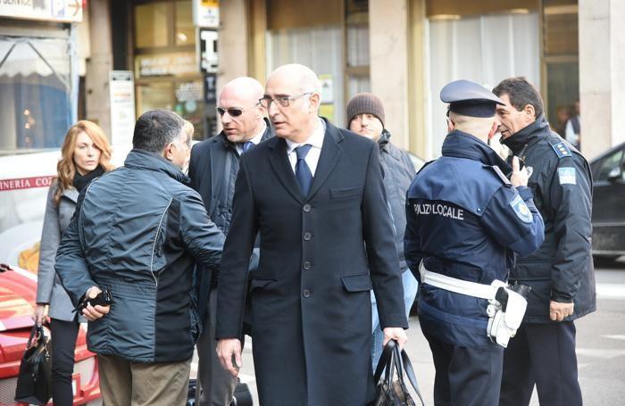E quello dei legali dell'imputato, Salvagni in primo piano e Camporini alle sue spalle con gli occhiali da sole