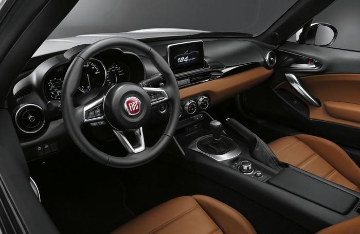 L'interno della Fiat 124 Spider