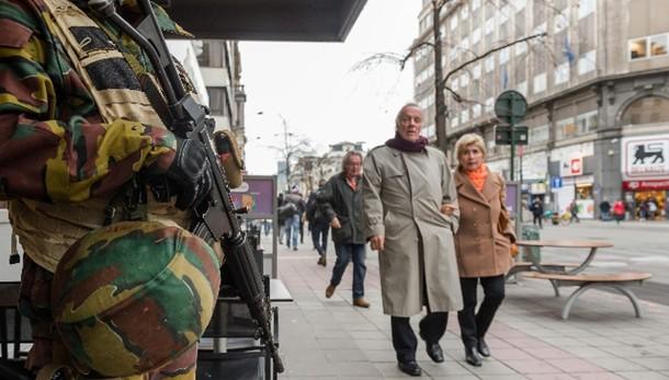 Bruxelles: caccia a 2 uomini con bomba
