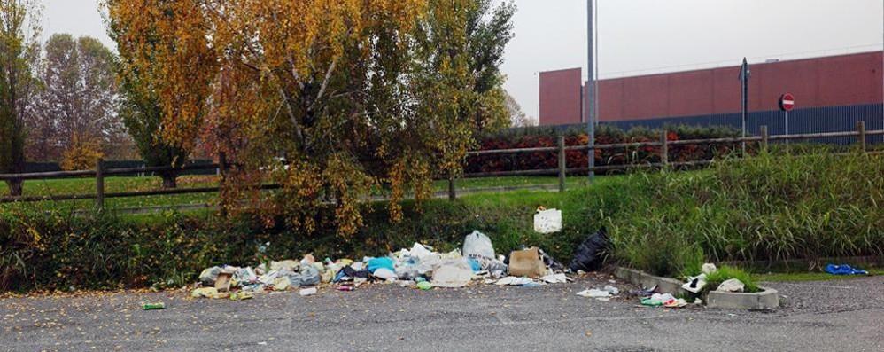 Il parcheggio è ormai una discarica Curno: «Storia di ordinario degrado»