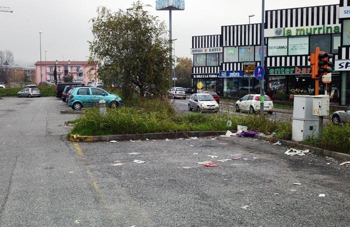Il parcheggio trasformato in discarica