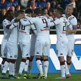 il difensore del Torino Cesare Bovo esulta con i compagni per il gol della vittoria