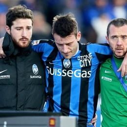 Il difensore dell'Atalanta Gianpaolo Bellini esce per infortunio al 10' st