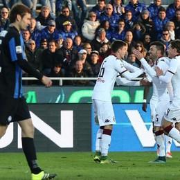il difensore del Torino Cesare Bovo esulta con i compagni dopo il gol decisivo