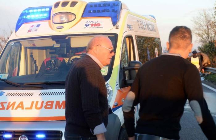 Il dottpr Edoardo Facchi durante i  soccorsi