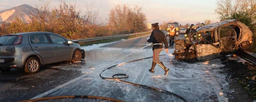 Medico di Treviglio salva tre ragazze Interviene col figlio in un'auto in fiamme