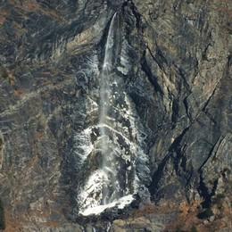 Che freddo in montagna Ghiaccio sulle cascate del Serio