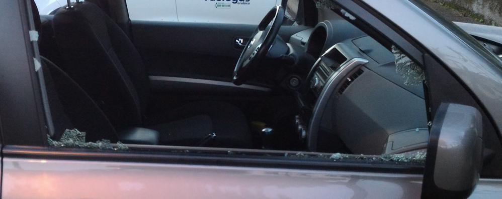 Ladri a Mozzo, auto nel mirino Raffica di finestrini sfondati - Foto