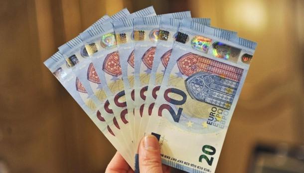 Cambi: euro giù a 1,058 dollari