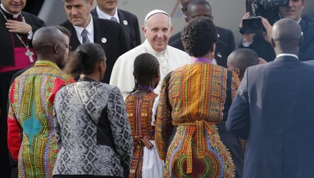 Papa arrivato a Nairobi, balli per lui