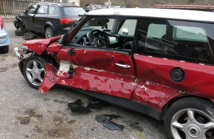 La Mini Cooper distrutta nella fiancata sinistra