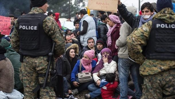 Macedonia, polizia carica migranti