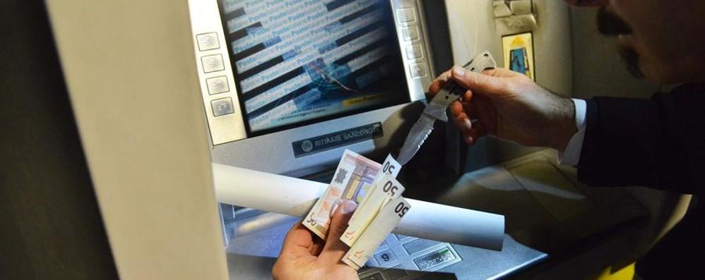 Una mascherina in alluminio per rubare i soldi al Bancomat - Video