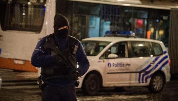 Allarme bus a Bruxelles, borsa sospetta