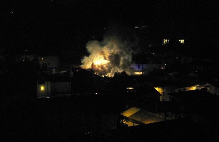 Cisano divampa un incendio in fiamme il tetto di una casa la foto isola cisano bergamasco - Alzare il tetto di casa ...
