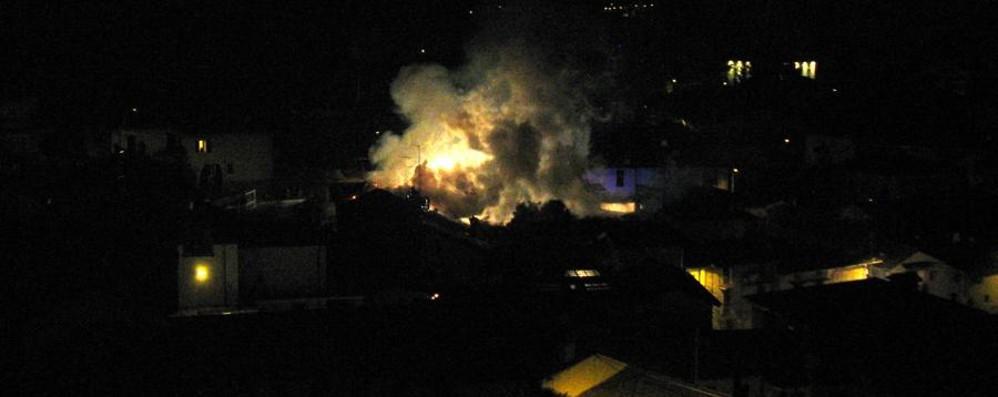 Cisano, divampa un incendio In fiamme il tetto di una casa - La foto