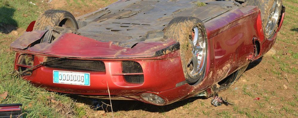 Perde il controllo della Porsche e si ribalta nei campi a Treviglio