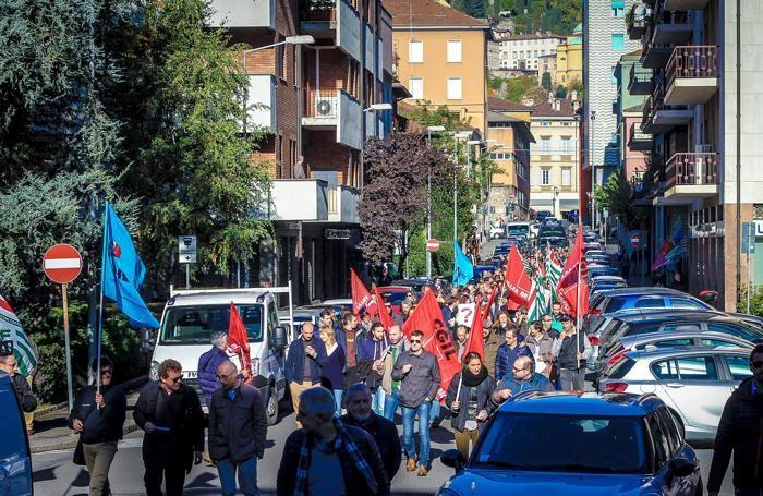 Il presidio di venerdì scorso alla sede dell'Italcementi di Bergamo