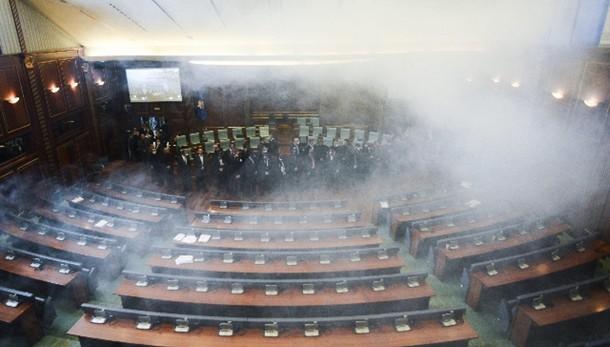 Kosovo: lacrimogeni in parlamento