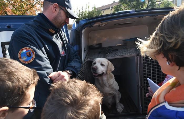 Il «Truck» della legalità a Seriate: i cani antidroga