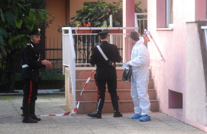 I rilievi dei carabinieri davanti alla casa di Francesco Sicignano