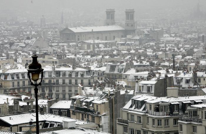 La romantica Parigi con la neve