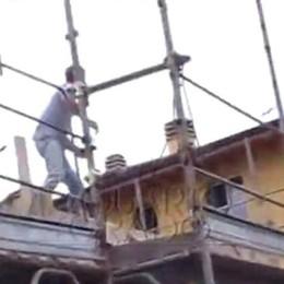 Il maresciallo: tentò di sfuggire all'arresto Ma Bossetti in aula scuote la testa - il video