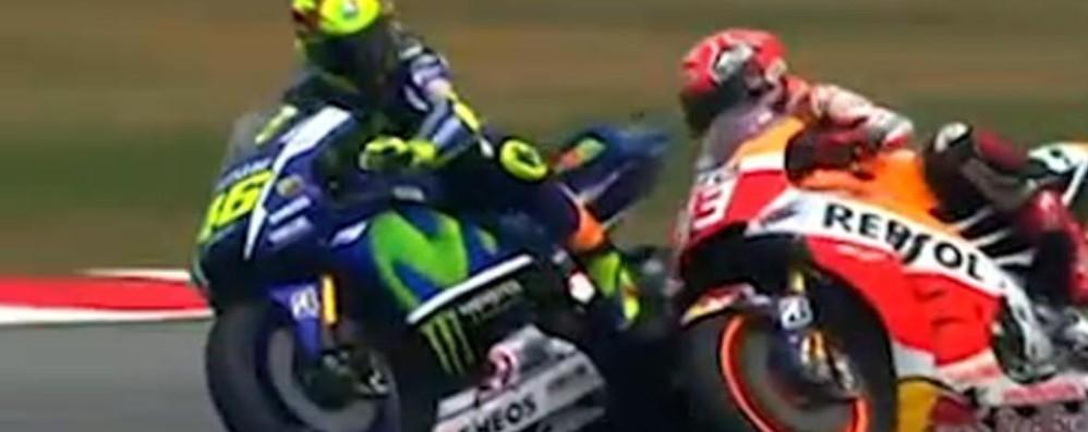 La Honda attacca: «Marquez caduto per il calcio che gli ha dato Rossi»