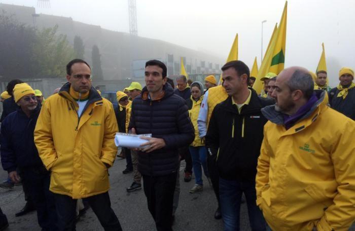 Il ministro delle Politiche agricole Maurizio Martina (centro) con il presidente della Coldiretti Roberto Moncalvo (s) e il vice presidente Ettore Prandini (d) durante la protesta Ansa